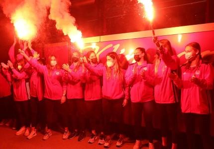 Θρυλική υποδοχή στις Πρωταθλήτριες Ευρώπης! (photos + video)