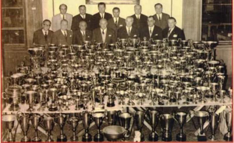 Η γεμάτη «ερυθρόλευκες» κούπες φωτογραφία από το 1960!