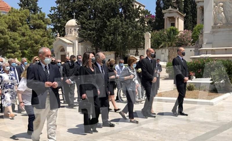 Η οικογένεια Αγγελόπουλου αποχαιρέτησε τον εκλιπόντα Κωνσταντίνο (photos)